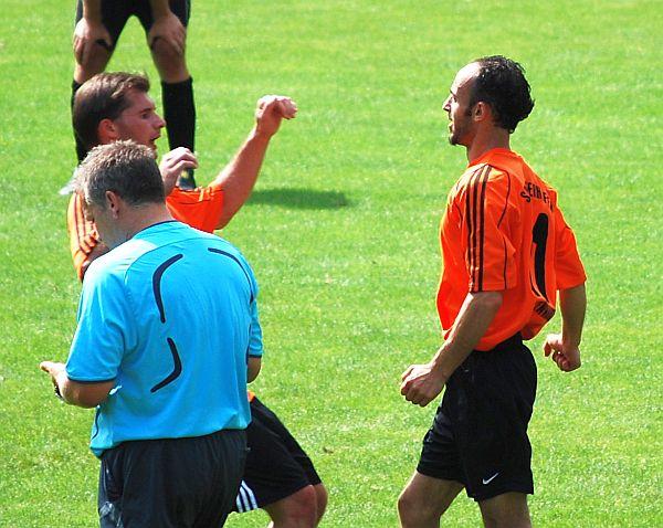 Christian Brunner beglückwünscht den Elfmeterschützen Mehdi Bdiri